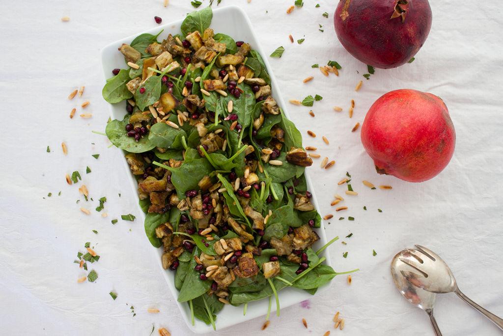 Veganer Spinatsalat mit gerösteter Aubergine und Granatapfelkernen