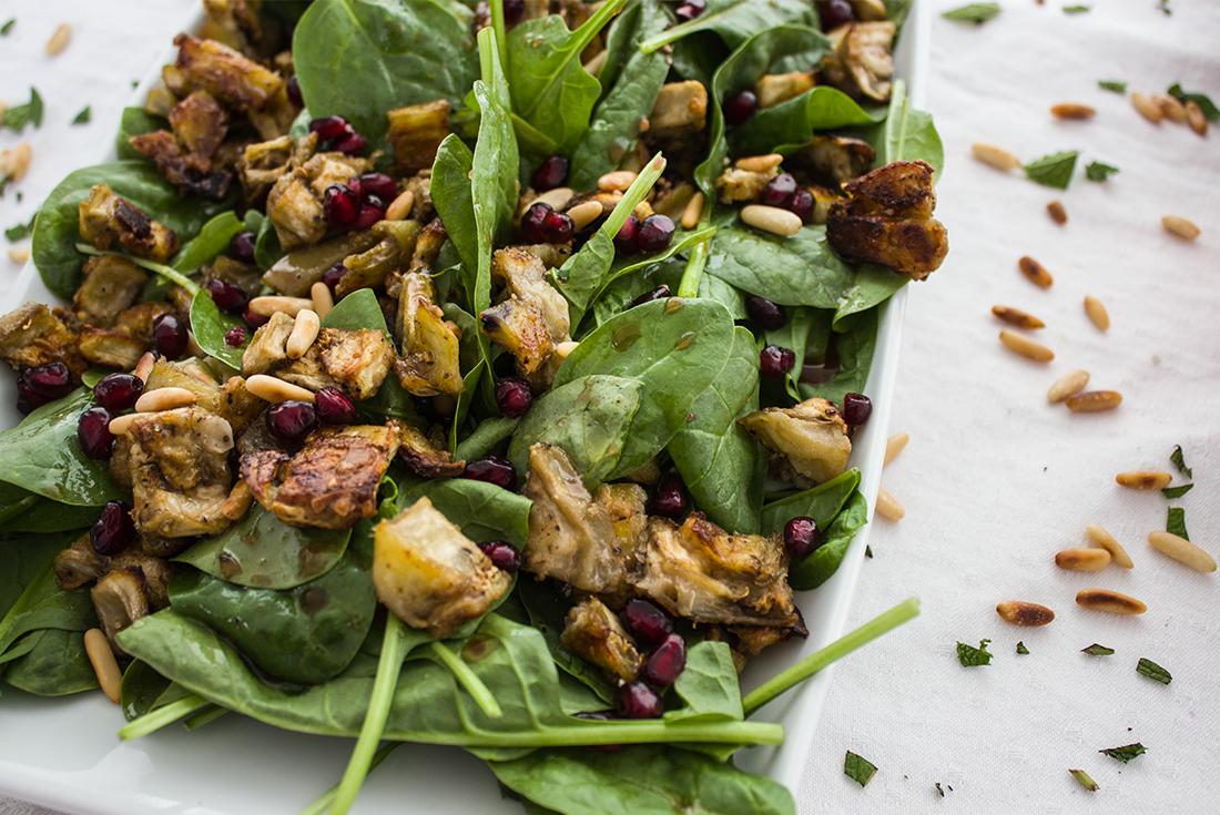 Spinatsalat mit gerösteten Auberginen, Pinienkernen und Granatapfelkernen