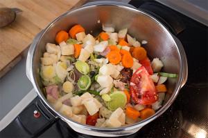 Viel Gemüse gibt der Sauce zum Tafelspitz einen runden, leckeren Geschmack. Ich verwende Knollensellerie, Lauch, Zwiebel oder Schalotten, Karotten, Tomaten und noch einige Gewürze.