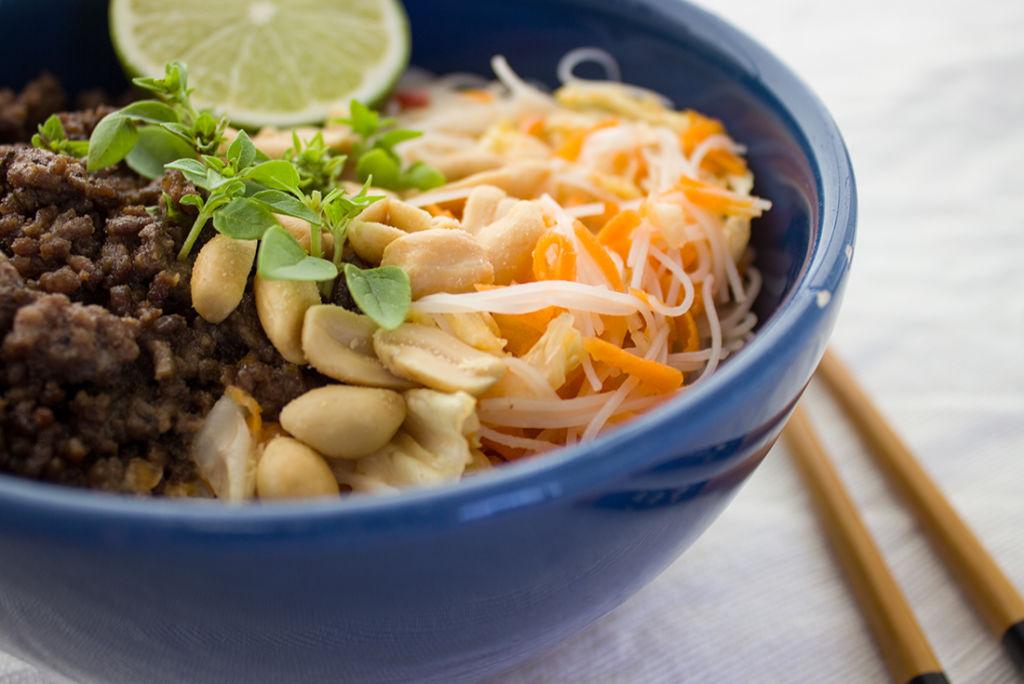 Thai Bowl mit Reisnudeln, gebratenem Hack und Ednüssen