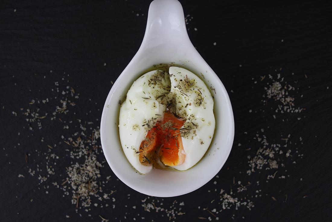 Thymian-Salz macht sich mit ein bisschen Olivenöl perfekt über einem Ei.