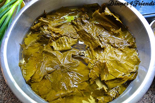 Vor der Verarbeitung werden die Weinblätter erst in kaltem Wasser eingelegt.
