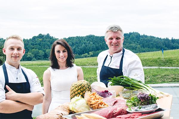 (v.l.n.r.) Gute lachen vor dem Koch-Duell: Haubenkoch Wolfgang Edler, Foodbloggerin Johanna Lindl, Sous-Chef Martin Golla.