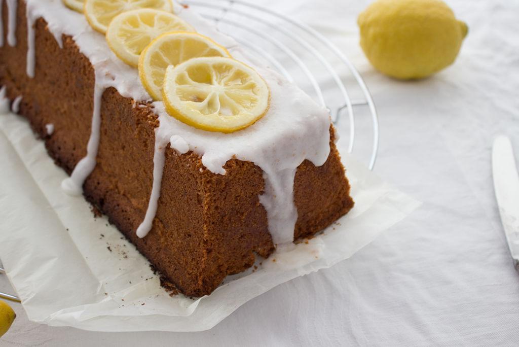 Der perfekte Kuchen für besondere Anlässe: Zitronenkuchen mit Mandeln und weißer Schokolade.