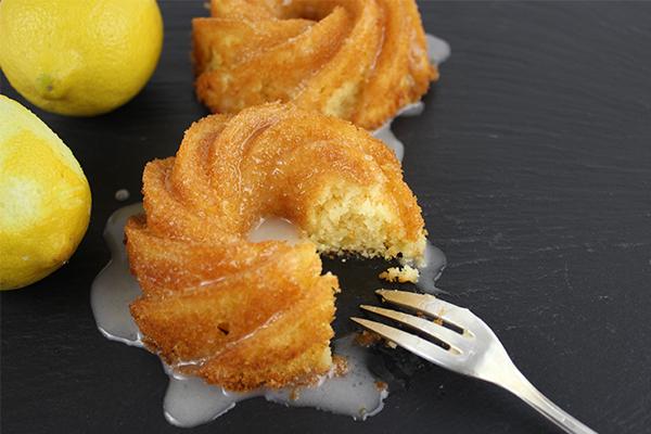 Zitronenkuchen mit Holunderblütensirupguss: etwas ganz besonderes, aber ganz einfach zu backen!