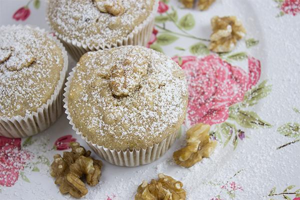 Bananen Muffins sind schnell gezaubert und schmecken wunderbar saftig und durch die gehackten Walnüsse sind sie auch crunchy. Leeeecker!