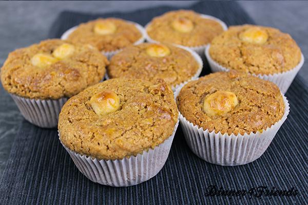 Nuss-Muffins mit Macadamia, der Königin unter den Nüssen. Durch den Ahornsirup schmecken die Muffins nach Karamell und extra nussig.
