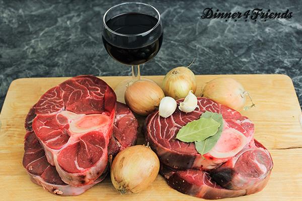 Viel braucht es nicht für Ossobuco: Beinscheiben, Rotwein, Zwiebeln, Knoblauch, Brühe und Tomaten.