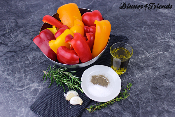 Für den gegrillten Paprikasalat braucht man nicht viele Zutaten: Paprika, Rosmarin, Thymian, Knoblauch, Olivenöl und etwas Salz und Pfeffer.