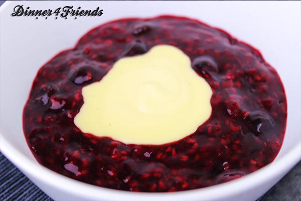Ein Klecks Vanillepudding macht die Rote Grütze perfekt