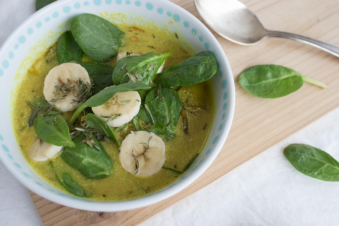 Vegane Kokossuppe mit Topinambur, Erdnuss, Spinat und Banane.