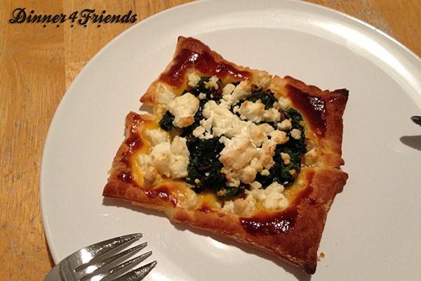 Knusprig, saftig und richtig lecker! Die Blätterteigtaschen mit Spinat und Feta frisch aus dem Ofen.