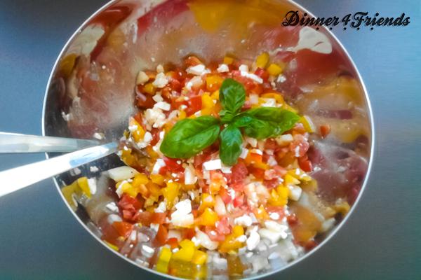 Ein Sommersalat, der perfekt zum Grillen oder zum Picknick passt. Pfirsich, Paprika, Tomaten, Schafskäse - mehr braucht es nicht, um einen erfrischenden, knackigen Salat zu zaubern.